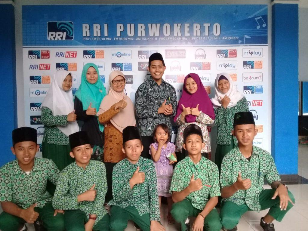 Rekaman Group Hadroh bersama MTs Ma'arif NU 1 Kedungbanteng di RRI Purwokerto